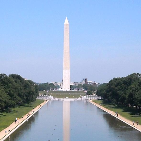 Quando volta  do Vietnã, Forrest é convidado para discursar em uma manifestação. O local é bem a frente do monumento de Washington, na capital dos EUA. Foto de AgnosticPreachersKid, via Wikimedia Commons.