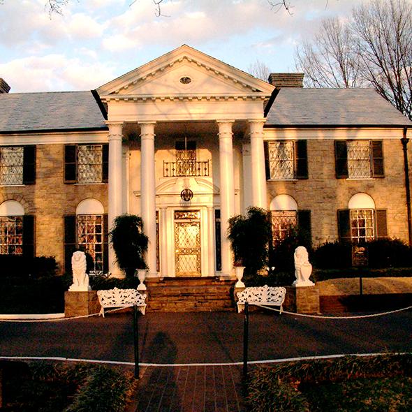 Graceland, o reduto de Elvis Presley de 1957 e 1977. Foto de Maha, via Wikimedia Commons.