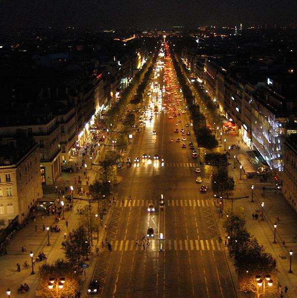 Durante as noites parisienses, a famosa avenida fica ainda mais bela. Foto de Niklas Bidhauer, via Wikimedia Commons.