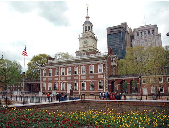 Este é o Independence Hall, que em 1753 serviu como local para o Segundo Congresso Continental - a base da declaração da independência em 1776. Foto de Rdsmith4, via WIkimedia Commons.