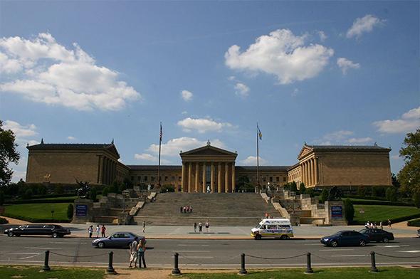 A famosa escadaria que Rocky sobe para sua glória pessoal faz parte do Museu de Arte da cidade. Parada obrigatória. Foto de Su1droot, via Wikimedia Commons.