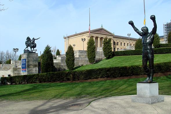 O filme e a cidade podem ser sintetizados nesta estátua, doada pelo próprio Sylvester Stallone. Foto de Bobak Ha'Eri, via Wikimedia Commons.