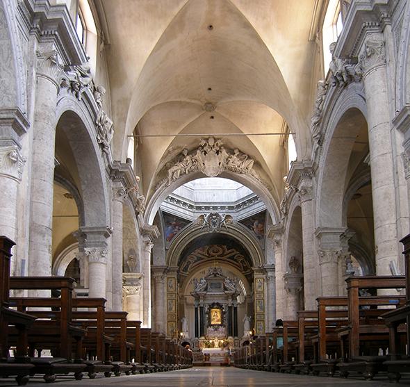 A arquitetura interior, assim como na parte externa, mostra os primeiros traços do renascimento italiano. Foto de Dnalor, via Wikimedia Commons.