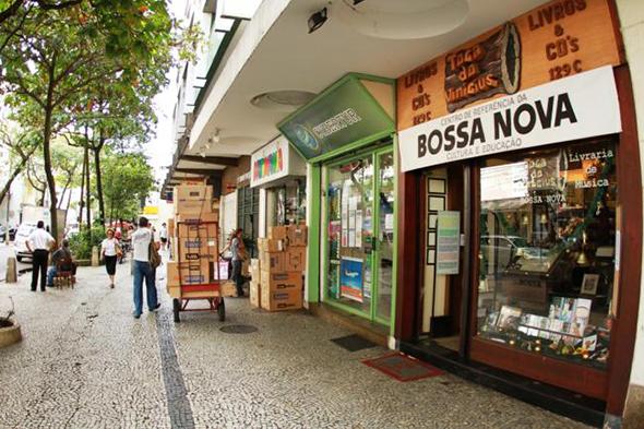 Passeando pelas calçadas de Ipanema, um local pequeno em tamanho, mas de enorme valor cultural para a cidade e também para a música brasileira. Foto via Rio Film Commision.